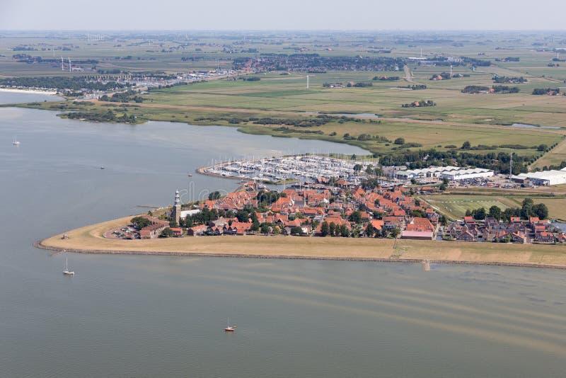 Pueblo holandés Hindeloopen de la visión aérea en el lago IJsselmeer con el puerto deportivo imagen de archivo libre de regalías