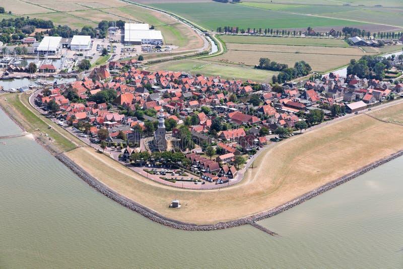 Pueblo holandés Hindeloopen de la visión aérea en el lago IJsselmeer con el puerto deportivo foto de archivo libre de regalías