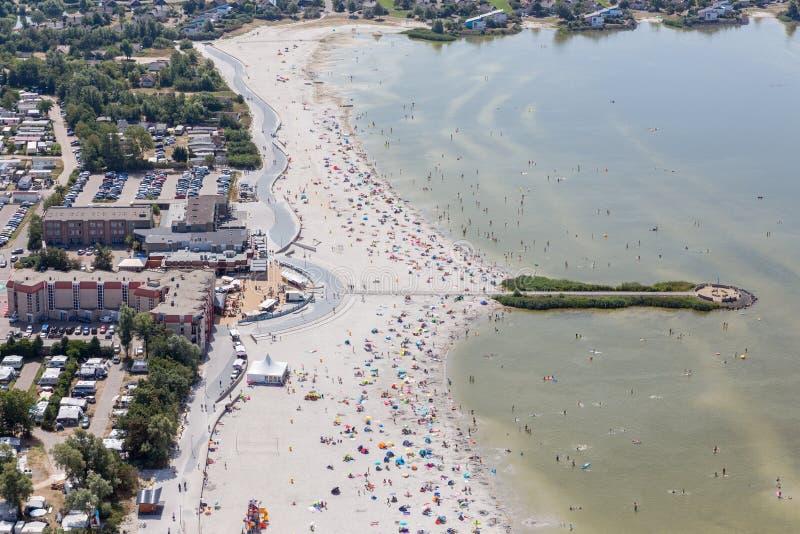 Pueblo holandés Makkum de la visión aérea con la playa y la gente de la natación foto de archivo libre de regalías
