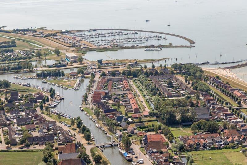 Pueblo holandés Stavoren de la visión aérea en el lago IJsselmeer con el puerto deportivo imágenes de archivo libres de regalías