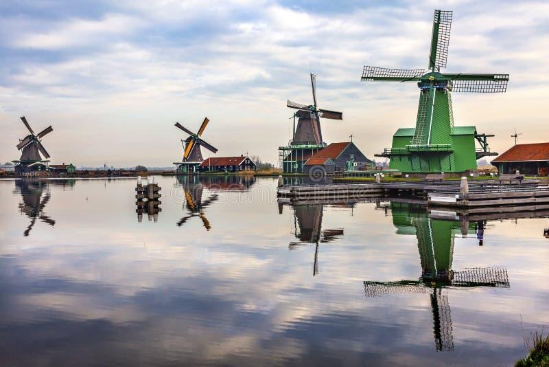 Pueblo Holland Netherlands de Zaan Zaanse Schans del río de la reflexión de los molinoes de viento imagen de archivo