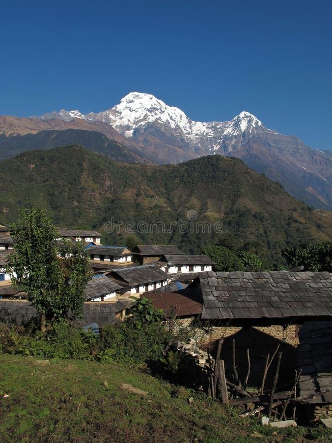 Pueblo idílico Ghandruk y Annapurna coronado de nieve del sur fotografía de archivo