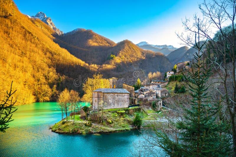 Pueblo, iglesia y lago medievales de Isola Papá Noel Garfagnana, Tusca imágenes de archivo libres de regalías