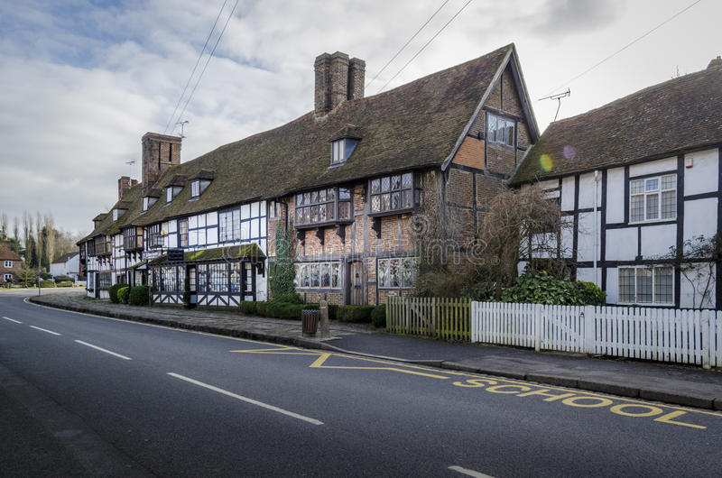 Pueblo inglés con las casas enmarcadas de la madera, Biddenden, Kent Reino Unido foto de archivo