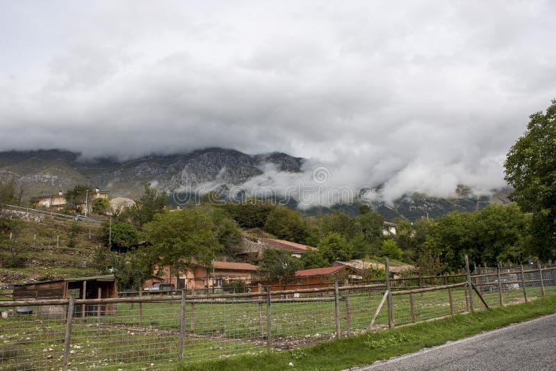 Pueblo italiano en las montañas fotos de archivo libres de regalías