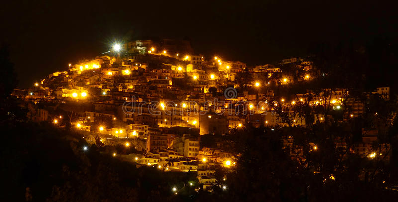 Pueblo italiano por noche fotografía de archivo libre de regalías