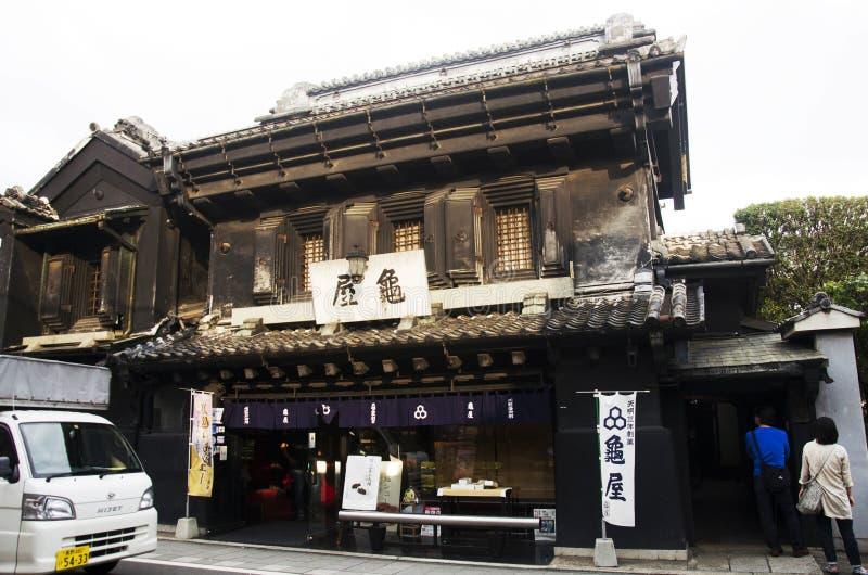 Pueblo japonés y souv que camina y que hace compras del viajero del extranjero imagenes de archivo