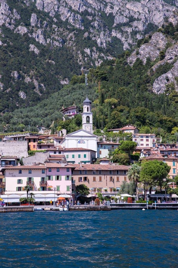 Pueblo lindo y lago italianos id?licos capturados del agua Limone en el lago di Garda imagenes de archivo