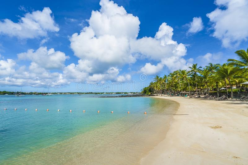 Pueblo magnífico del baie de la playa pública en la isla de Mauricio, África foto de archivo