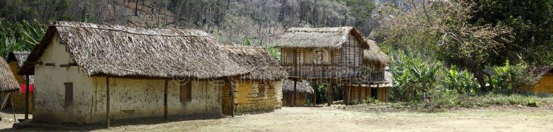Pueblo malgasy típico - choza africana imagenes de archivo