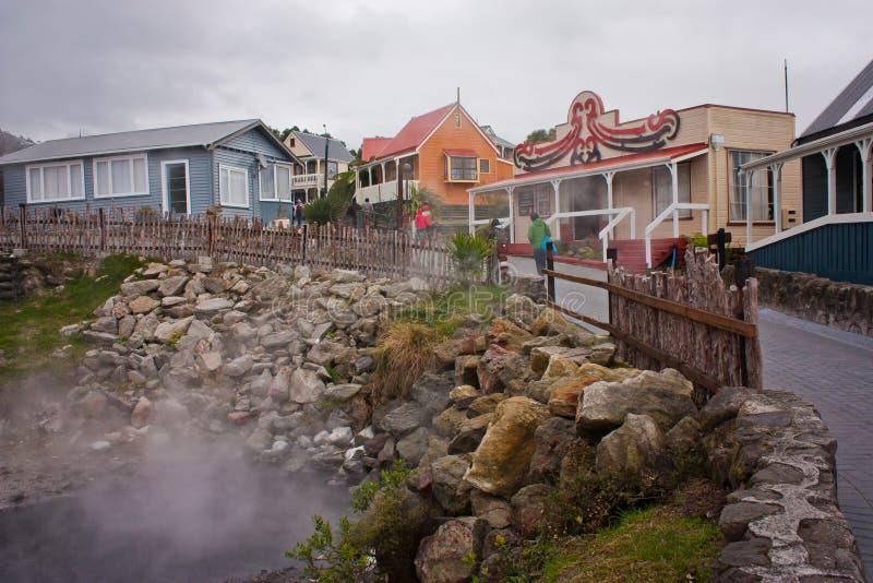 Pueblo maorí de Rotorua con la piscina típica de las aguas termales en Nueva Zelanda foto de archivo libre de regalías