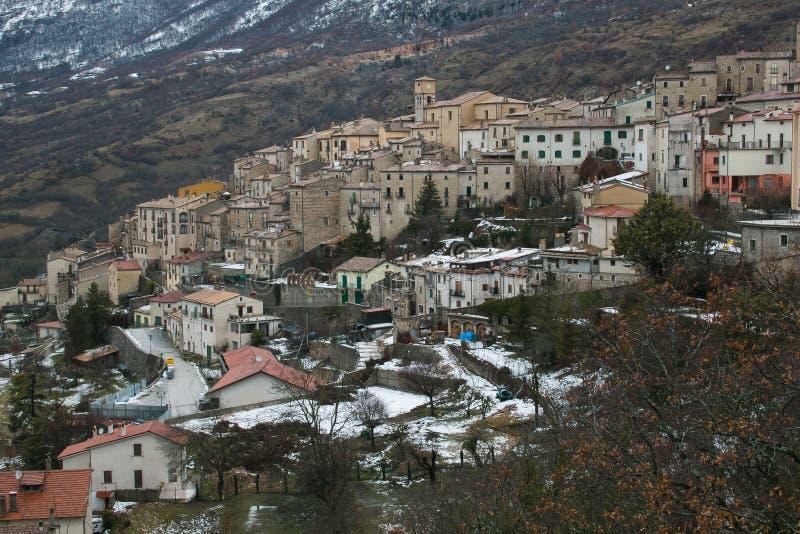 Pueblo medieval de Barrea en la montaña de Abruzos en la estación del invierno fotografía de archivo libre de regalías