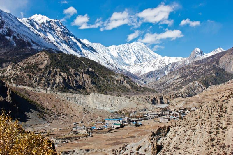 Pueblo nepalés en un alto del valle para arriba en el Himalaya fotografía de archivo