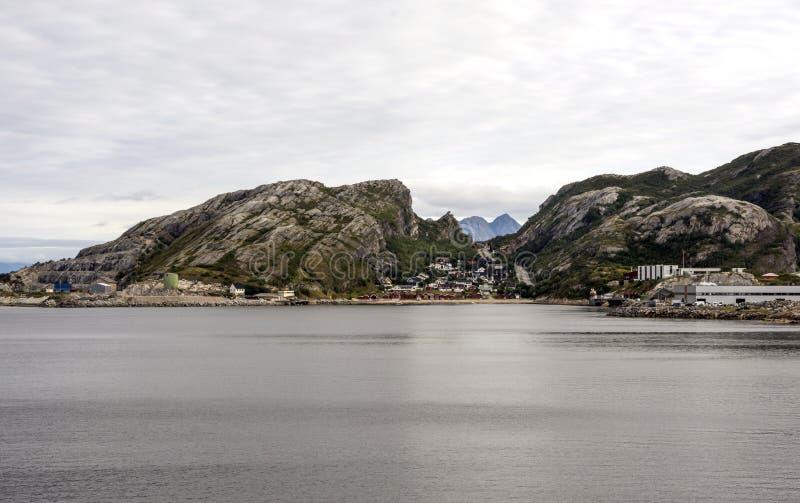 Pueblo noruego por el mar foto de archivo libre de regalías