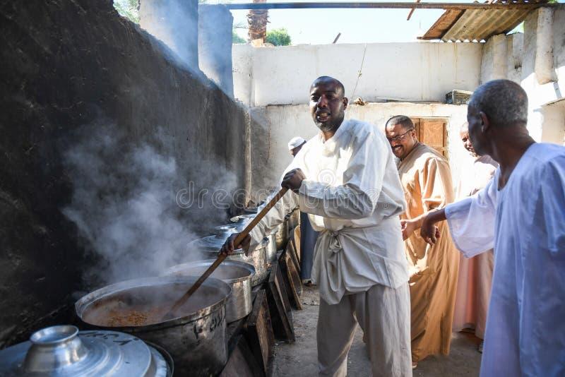 Pueblo nubia cocinando para el banquete de bodas imagenes de archivo