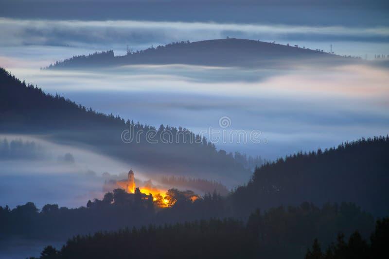 Pueblo pacífico debajo de las nubes antes de la salida del sol fotografía de archivo libre de regalías