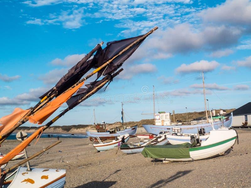 Pueblo pesquero con los barcos de madera viejos fotos de archivo
