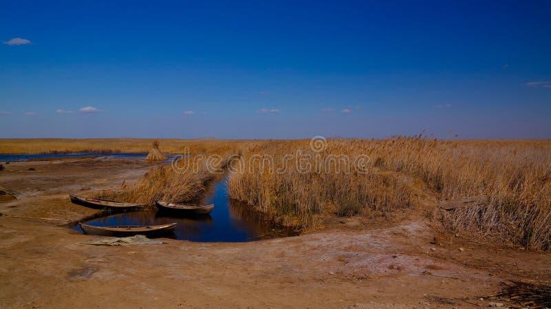 Pueblo pesquero de Runed Urga en la orilla de la pieza del lago Sudochye aka del mar de Aral anterior, Karakalpakstan, Uzbekistán imagenes de archivo