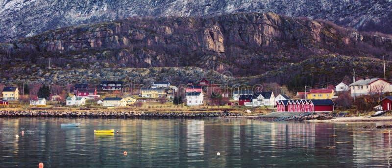 Pueblo pesquero escandinavo en el pie de la montaña fotografía de archivo
