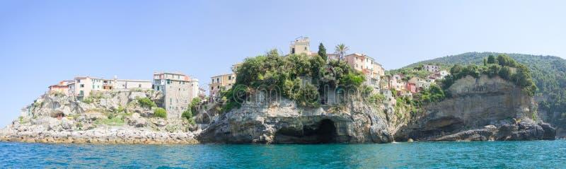 Pueblo pesquero mediterráneo de Tellaro en las rocas sobre el SE foto de archivo