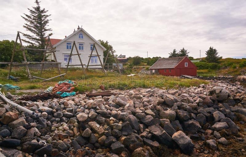 Pueblo pesquero viejo en una pequeña isla, bahía noruega durante la bajamar imagen de archivo
