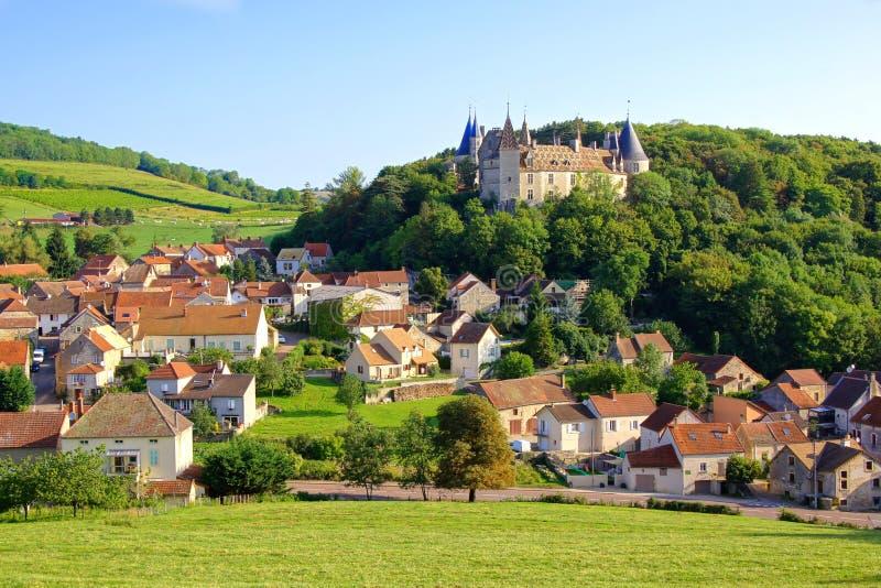 Pueblo pintoresco con el castillo, Borgoña, Francia fotos de archivo libres de regalías