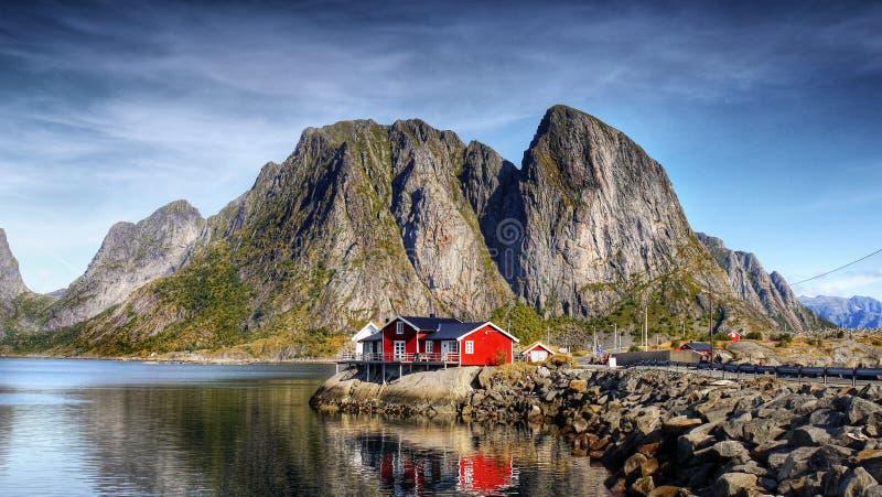 Pueblo Reine Norway de la opinión del panorama de Lofoten foto de archivo