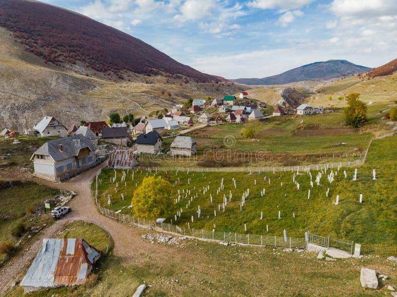 Pueblo remoto de Lukomir en Bosnia rural, opini?n a?rea del abej?n fotografía de archivo libre de regalías