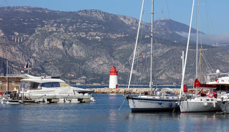 Pueblo riviera francesa de Eze, ` Azur, costa mediterránea de CÃ'te d, Eze, Saint Tropez, Cannes y Mónaco Agua azul y yates de lu imagen de archivo libre de regalías