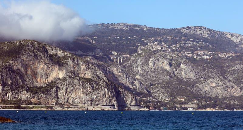 Pueblo riviera francesa de Eze, ` Azur, costa mediterránea de CÃ'te d, Eze, Saint Tropez, Cannes y Mónaco Agua azul y yates de lu fotos de archivo libres de regalías