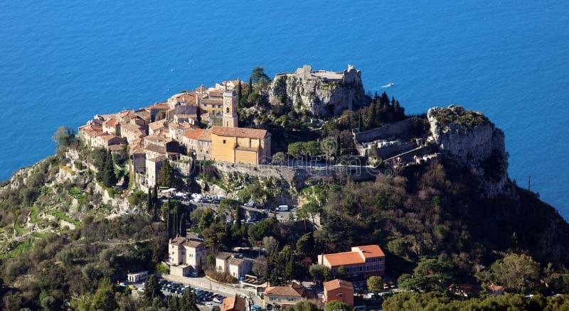 Pueblo riviera francesa de Eze, ` Azur, costa mediterránea de CÃ'te d, Eze, Saint Tropez, Cannes y Mónaco Agua azul y yates de lu imagen de archivo
