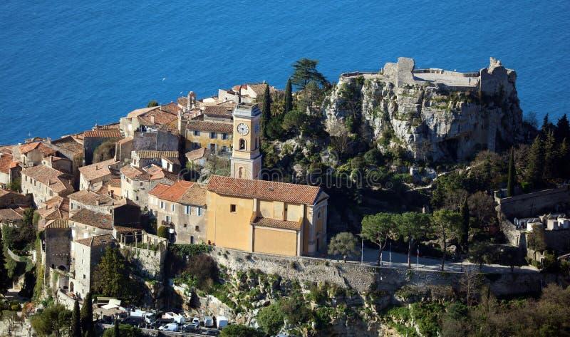 Pueblo riviera francesa de Eze, ` Azur, costa mediterránea de CÃ'te d, Eze, Saint Tropez, Cannes y Mónaco Agua azul y yates de lu imagenes de archivo