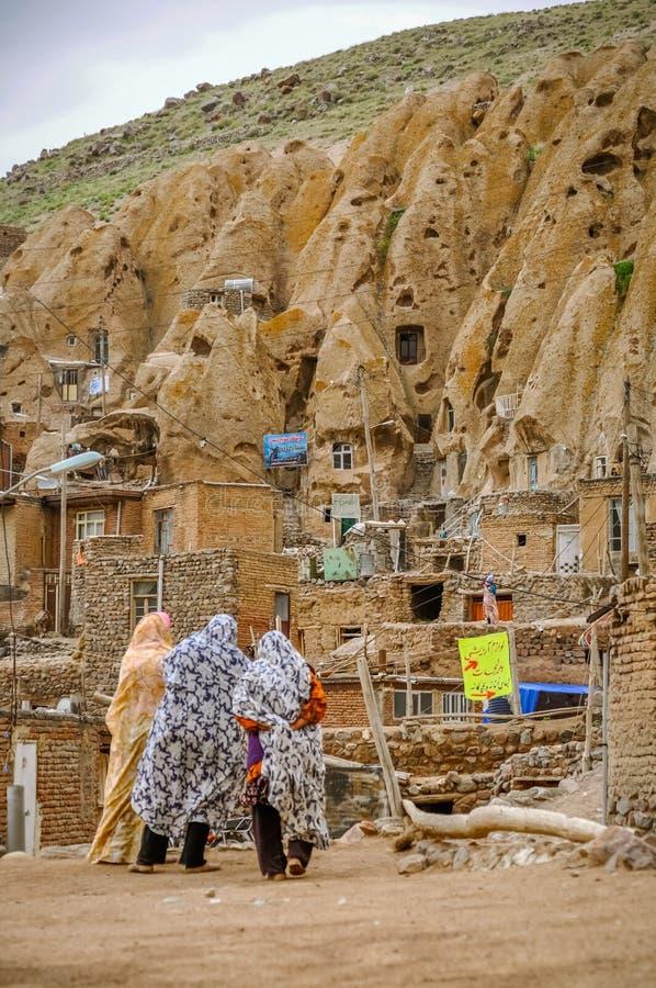Pueblo rocoso en Irán imagenes de archivo