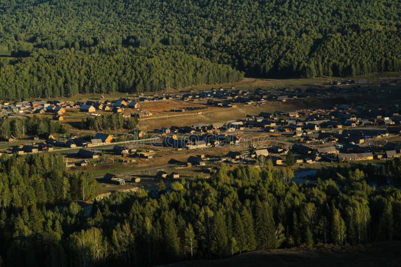 Pueblo rural pacífico entre bosque fotos de archivo
