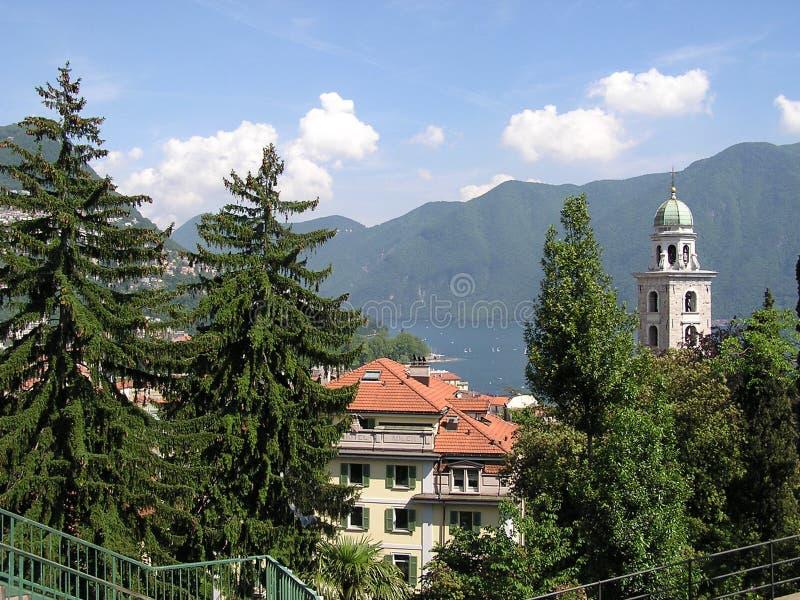 Pueblo suizo en la base de las montañas meridionales imágenes de archivo libres de regalías