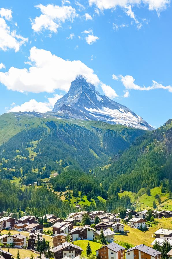 Pueblo suizo pintoresco Zermatt con Cervino famoso en fondo Naturaleza que sorprende, Suiza Las montañas del verano alpestre imágenes de archivo libres de regalías