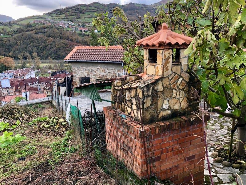Pueblo típico en la zona rural de Asturias, España fotografía de archivo