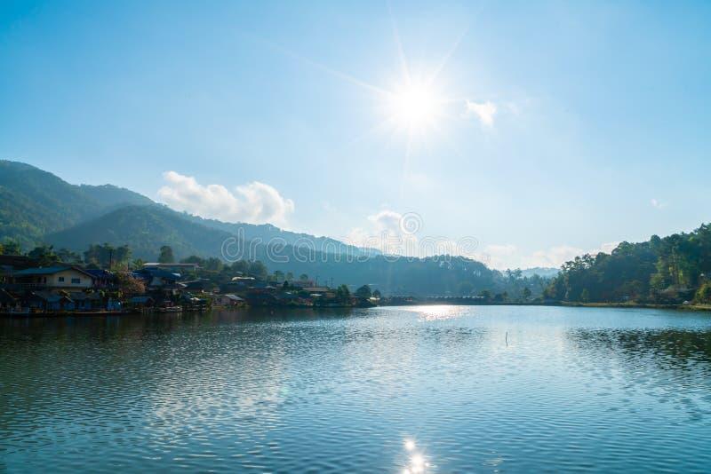 Pueblo tailandés de Rak de la prohibición cerca de la montaña y el lago en Mae Hong Son, Tailandia fotografía de archivo