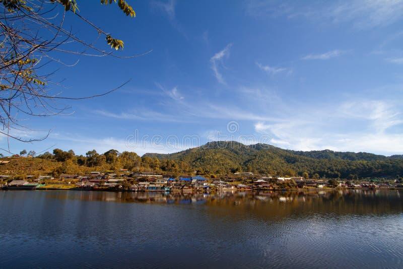 Pueblo tailandés de Rak septentrional de pueblo de la opinión del lago thailand que sorprende foto de archivo libre de regalías