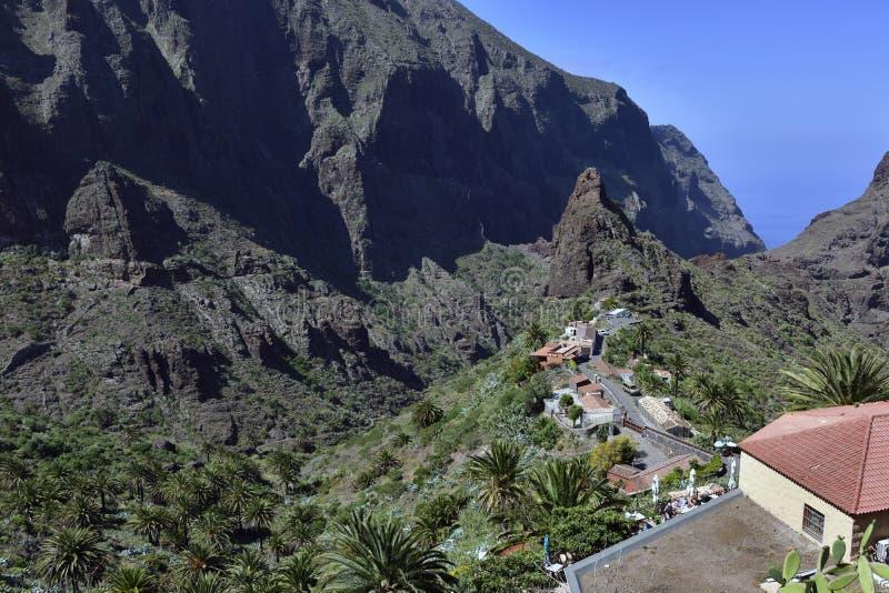 Pueblo tradicional de Masca en la mucha altitud en la montaña, Tenerife foto de archivo libre de regalías