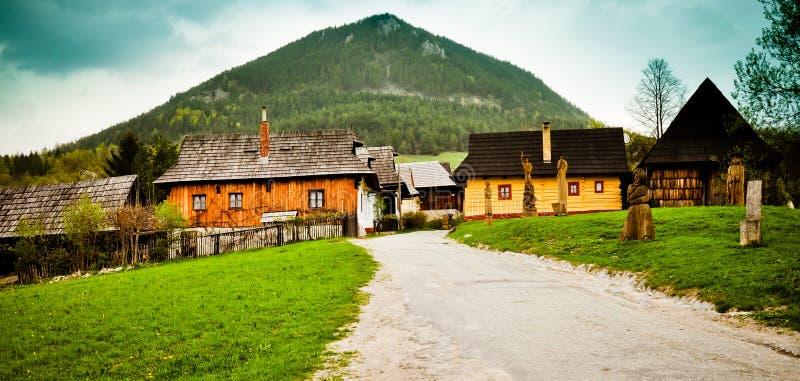 Pueblo tradicional en Eslovaquia fotos de archivo