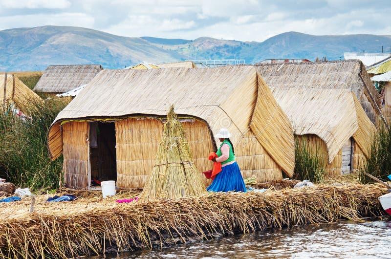 Pueblo tradicional en las islas de Uros en el lago Titicaca en Perú fotos de archivo