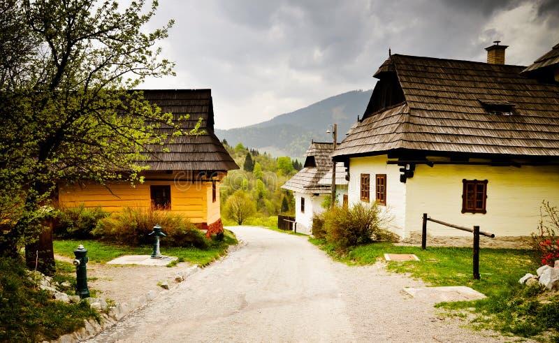 Pueblo tradicional en las montañas. Eslovaquia imagenes de archivo