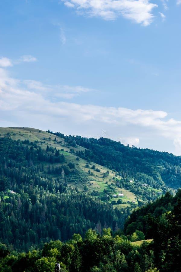 Pueblo ucraniano en la colina imagen de archivo
