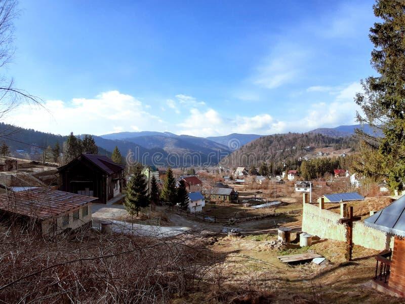 Pueblo ucraniano en las montañas cárpatas marzo imagen de archivo libre de regalías