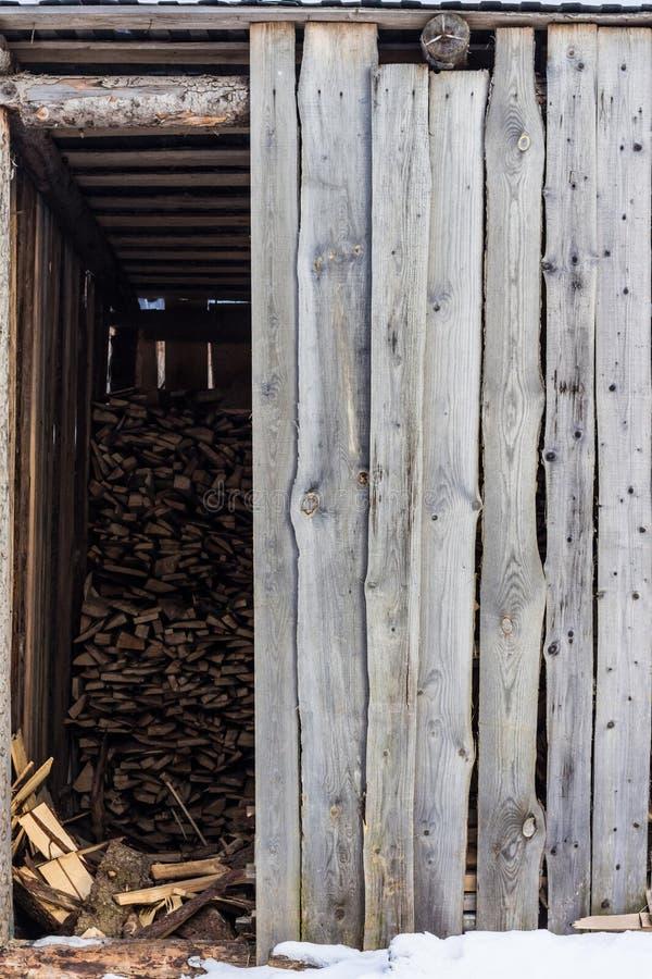 Pueblo vertido almacenando la leña para el invierno foto de archivo libre de regalías
