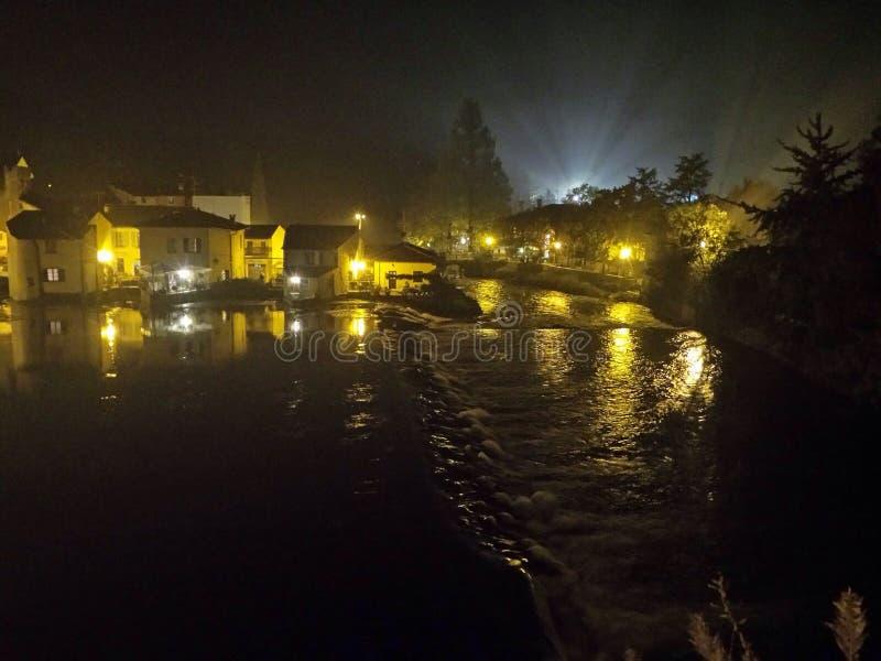 Pueblo viejo cerca del río en la noche foto de archivo