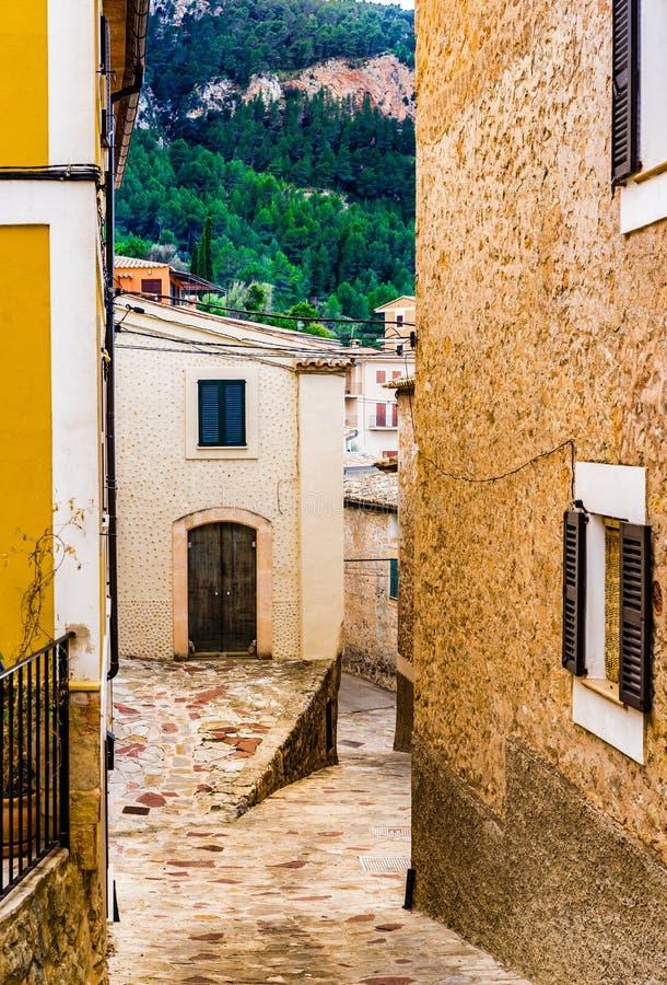 Pueblo viejo mediterráneo con manera estrecha del callejón en Estellencs, Majorca España imagenes de archivo
