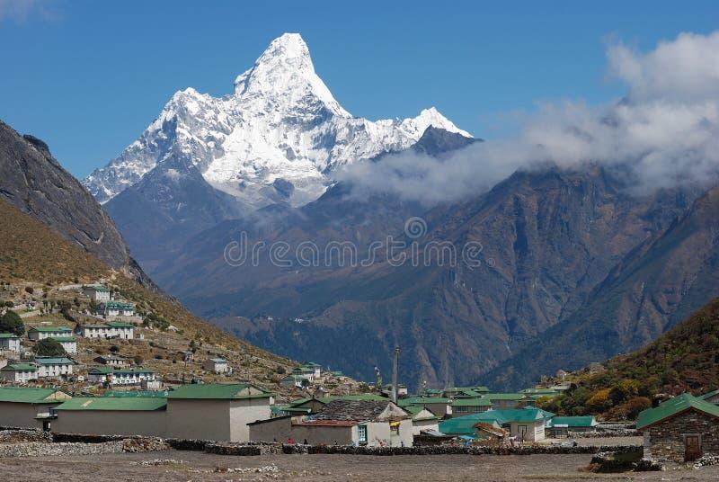 Pueblo y Ama Dablam de Khumjung (m) pico 6814 en Nepal imagenes de archivo