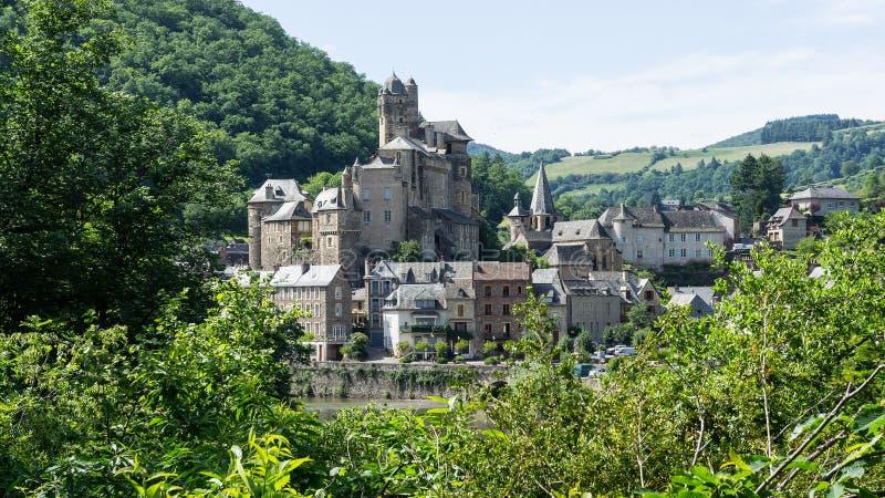 Pueblo y castillo de Estaing en Francia imagen de archivo